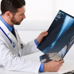 Specjalista w zakresie ortopedii i traumatologii narządów ruchu – lek. med. Piotr Ćwik przyjmuje w ECM Lifeclincia!